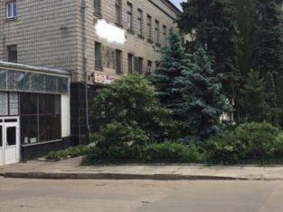 Отдельно стоящее трехэтажное здание на ул. Кириловская